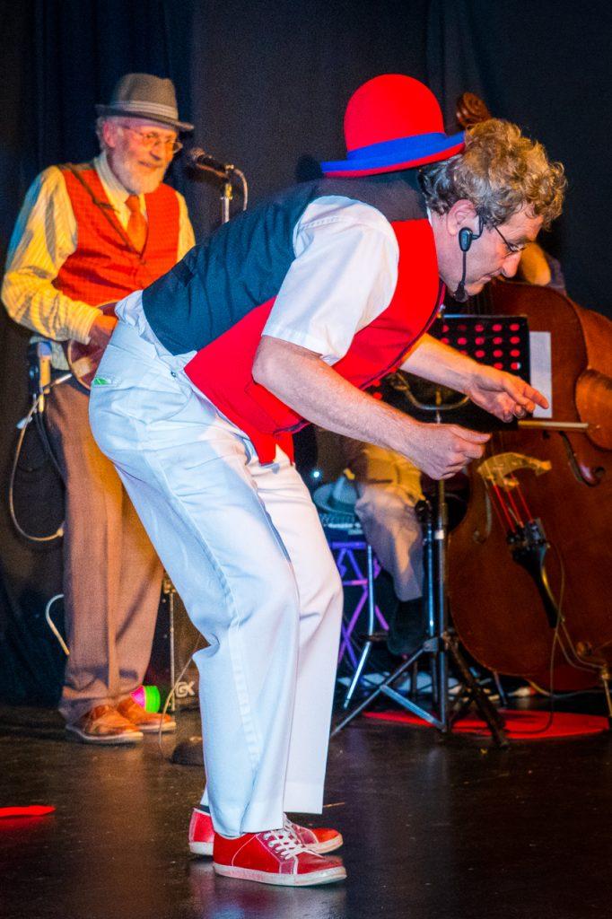 Cabaret Chez Bernard - jonglage chapeaux