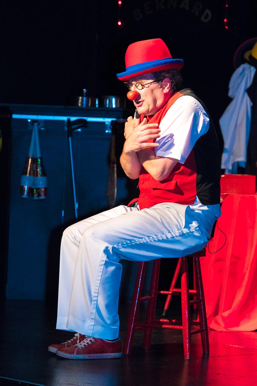Cabaret Chez Bernard - clown assis
